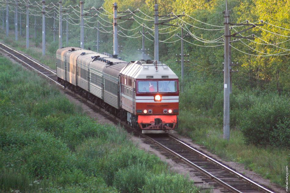 """Это одна из самых старых фотографий в моем архиве - август 2007 года. ТЭП70-0403 с поездом """"Садко"""" Санкт-Петербург (Витебский вокзал) - Новгород. Пять вагонов."""