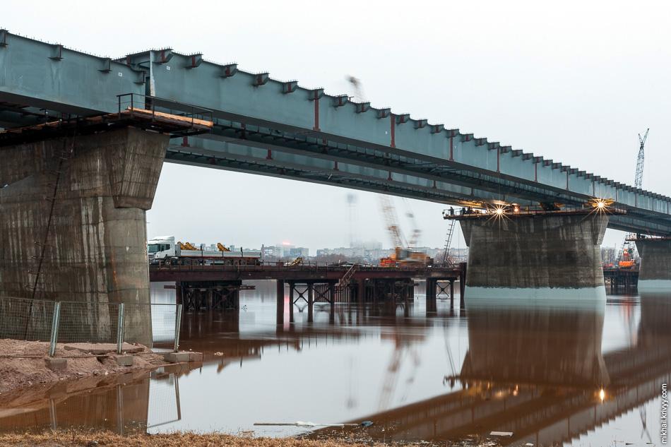 """Сейчас как раз ведутся работы по демонтажу направляющих роликов. Весь """"мост"""" по ним сдвигали со стороны левого берега."""