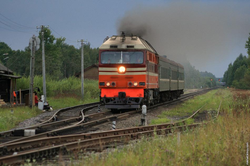 В 2009 на станциях развесили объявления об отмене поезда Новгород - Луга. Я тогда сделал пару вылазок, что-бы запечатлеть поезд на память. Но поезд тогда не отменили, он проходил еще около года. Это ТЭП70-0296 на станции Люболяды.