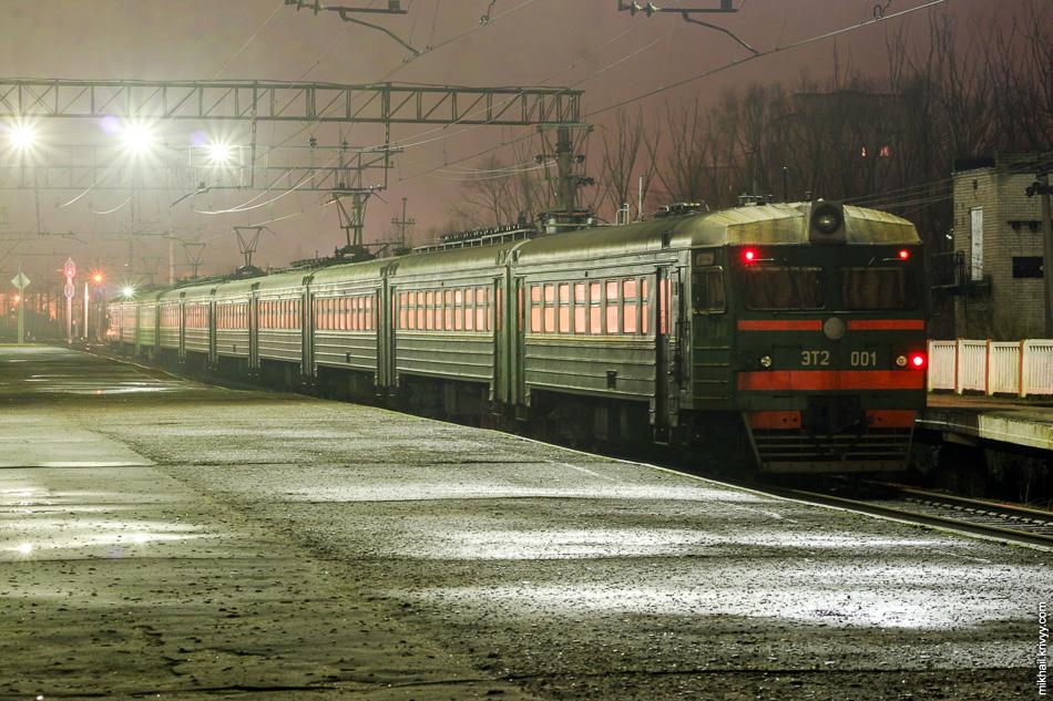 Декабрь 2006 года. Раритет, ЭТ2-001 Новгород - Волховстрой у платформы Менделеевская в Великом Новгороде. Уже и не вспомню, когда ее отменили.