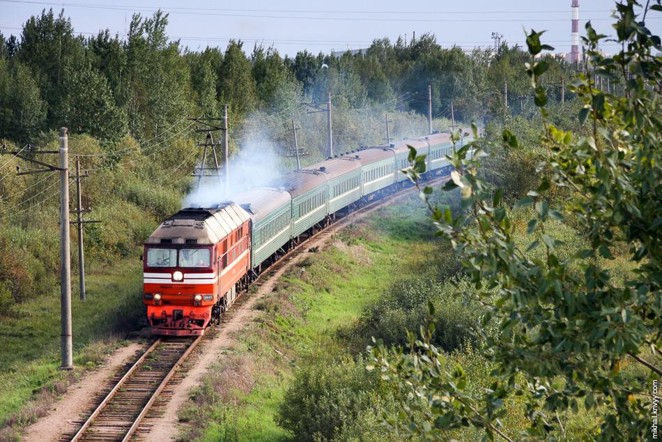 Тепловоз ТЭП70-0132 с поездом Новгород - Луга. Его отменили еще год назад. А тут посмотрите, 2008 год и аж семь вагонов.