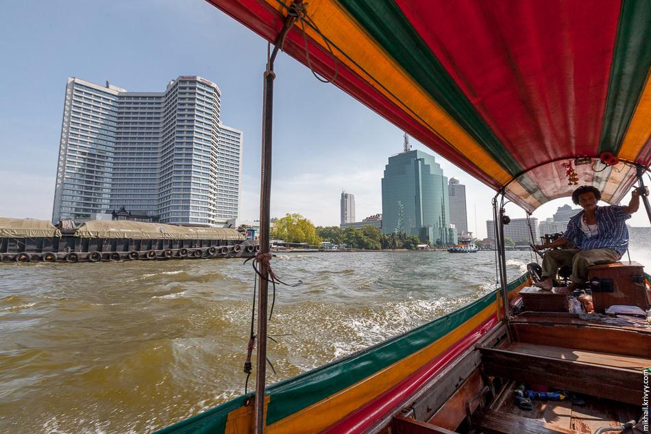 Лодка-длиннохвостка работающая в качестве речного такси. Река Чао Прайя, Бангкок.