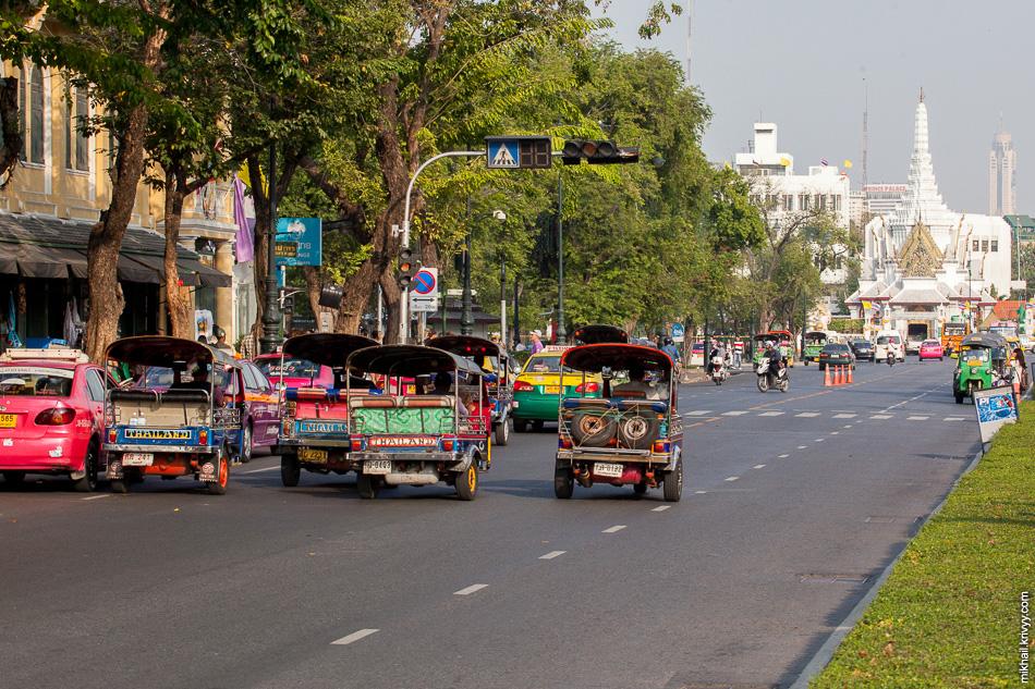 А вот так выглядит традиционный тайский тук-тук. Это классическая моторикша - крытый трёхколёсный мотоцикл или мотороллер.