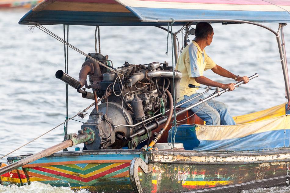 Лодка-длиннохвостка. Река Чао Прайя, Бангкок.