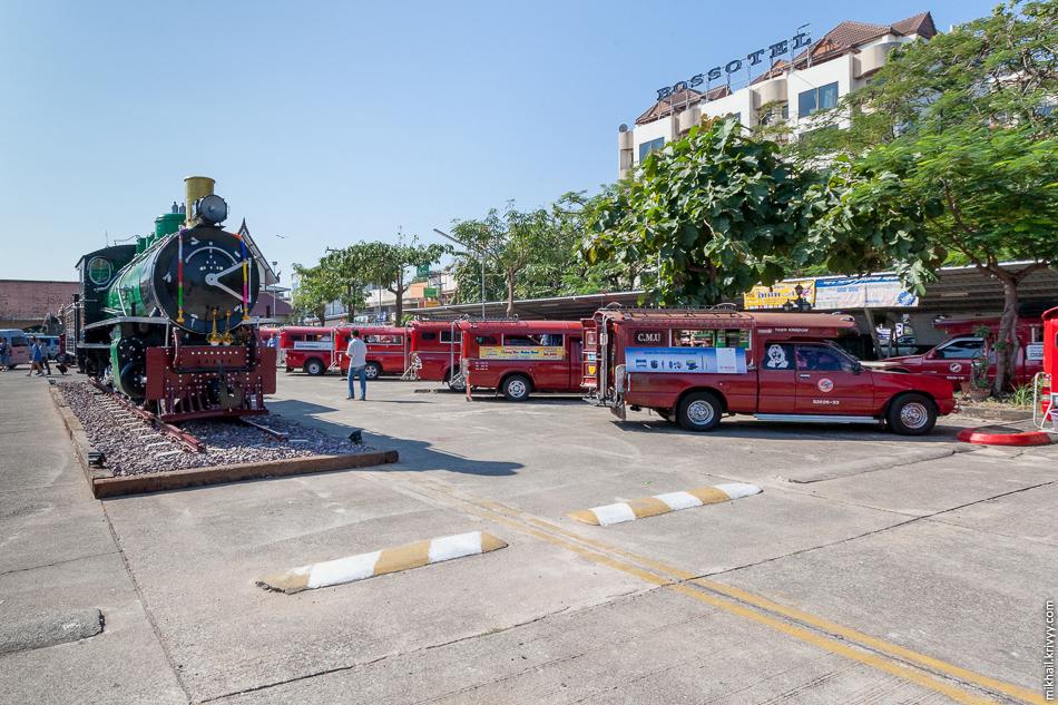 Стоянка общественного транспорта на привокзальной площади Чиангмай. Это, собственно, весь общественный транспорт.