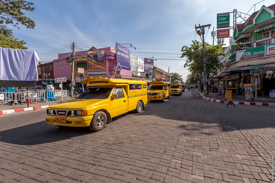 Желтые сонгхевы едут из центра Чиангмай в северном направлении.