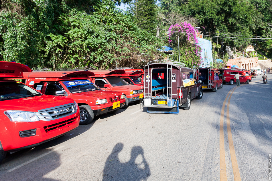 Стоянка сонгхевов у Ват Прахат Дой Cутхеп. Чиангмай, Таиланд.