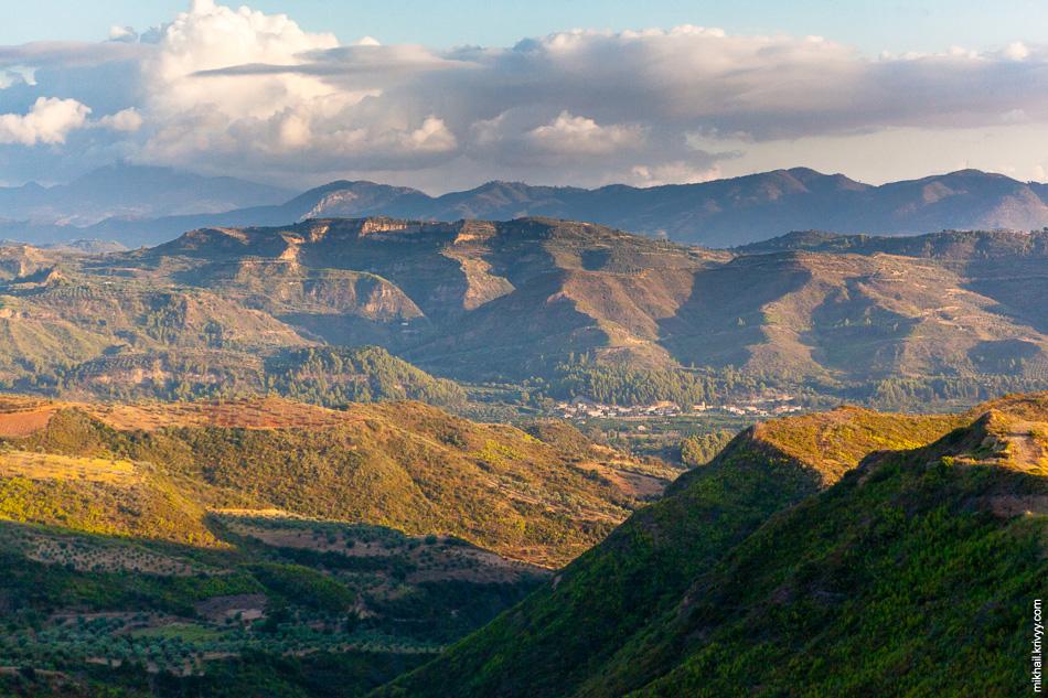 В районе Древней Олимпии железная дорога проходит по вот таким живописным местам.