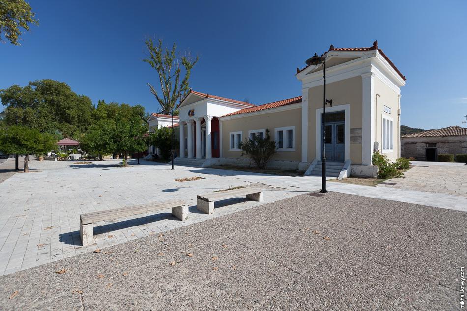 Вокзал в Древней Олипии. Когда-то сюда поездами возили туристов. Вид со стороны города.