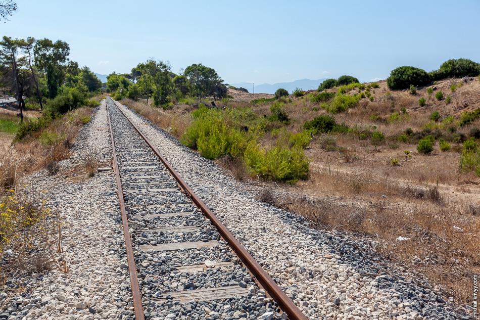 В районе Захаро железная дорога проходит прямо вдоль пляжа. За дюнами Ионическое море с широким песчаным пляжем.