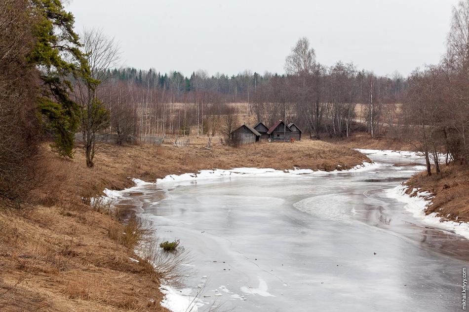 Бани у реки в Деревне Рушиново.