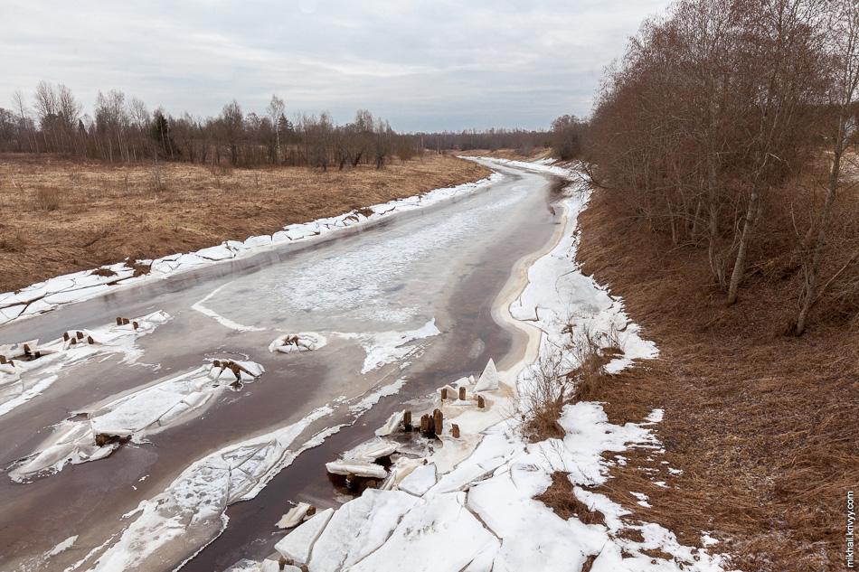 Река Вишера. Вид с моста автодороги Новоселицы - Папоротно. Фактически, это деревня Мытно, за спиной дома.