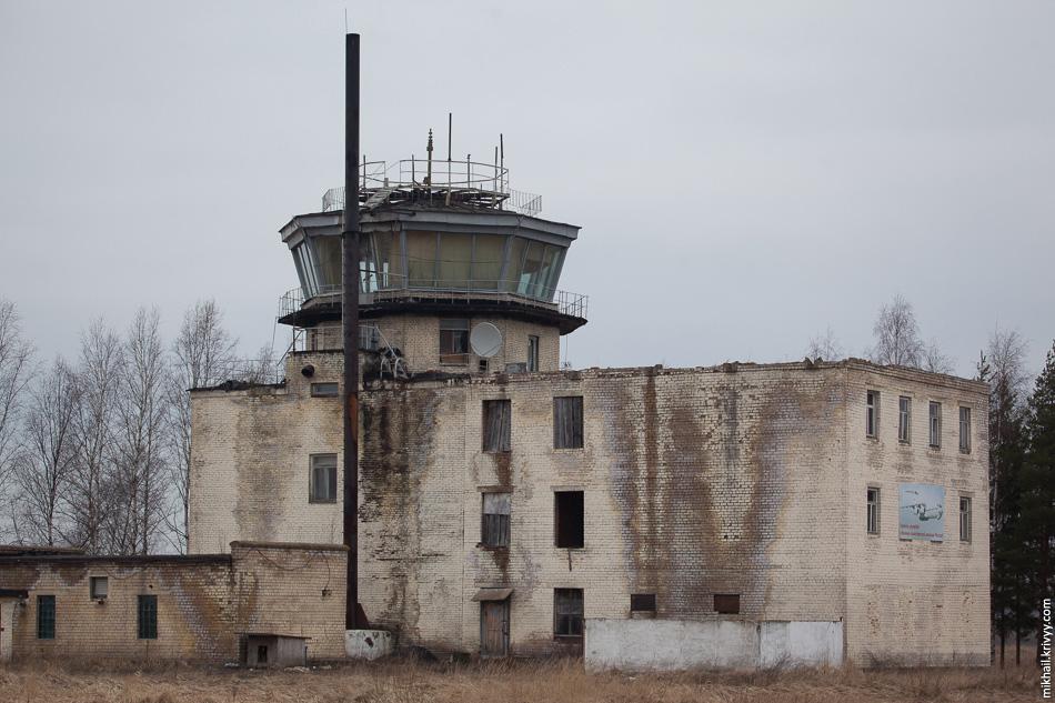"""Командно-диспетчерский пункт аэропорта """"Кречевицы"""". Окна выбиты, внутри все разграблено."""