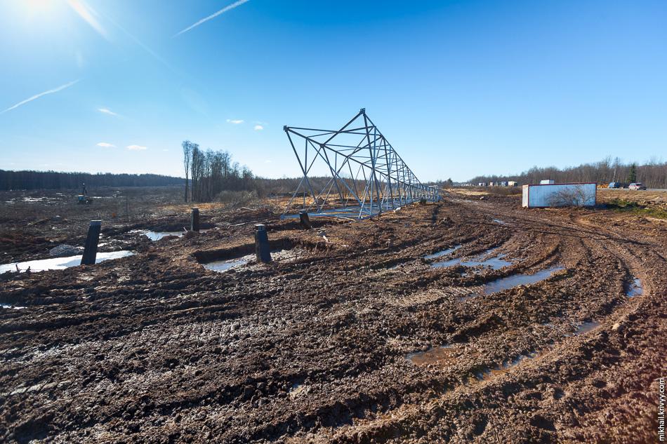 4. Весна превращает эти места в слабопроходимые. Местами приходится использовать гусеничные вездеходы. В этот раз мне не показалось что стройка кипит.