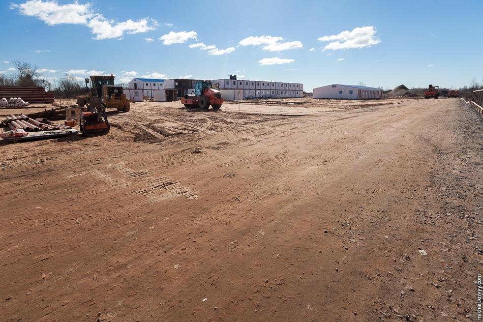 16. В Подберезье, Трансстроймеханизация строит рабочий городок для строителей. Насколько я понял, как только просеку сдадут, они сразу возьмутся за первичные земляные работы.