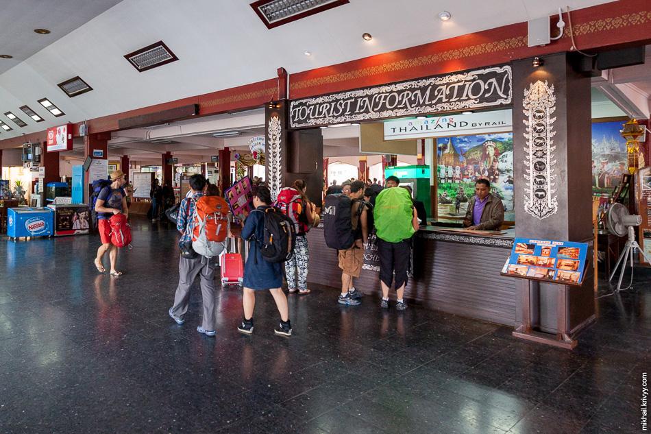 Информация для туриста на вокзале Чиангмай. Мимо не пройдешь.