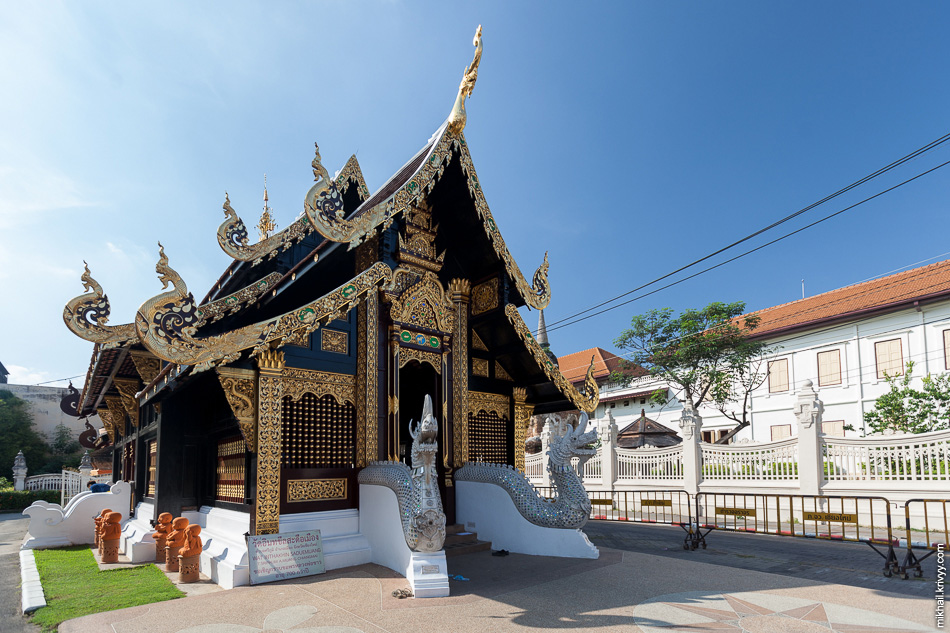 Храм Wat Inthakhin Sadue Muang. 14 век. В старом Чиангмай столько храмов, что через некоторое время перестаешь их замечать.