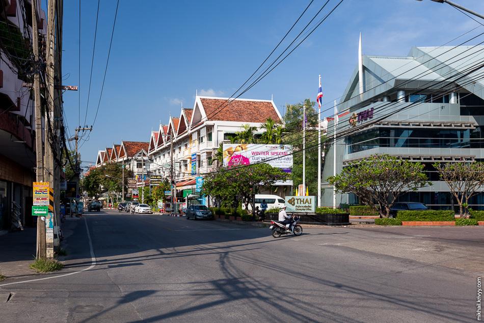 Prapokkloa Road - типичная улица центральной части Чиангмай.