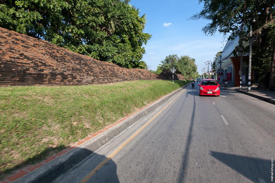 Старый Чиангмай ограничен рвом и крепостной стеной. Общая длина этих фортификационных сооружений - более 6 км.