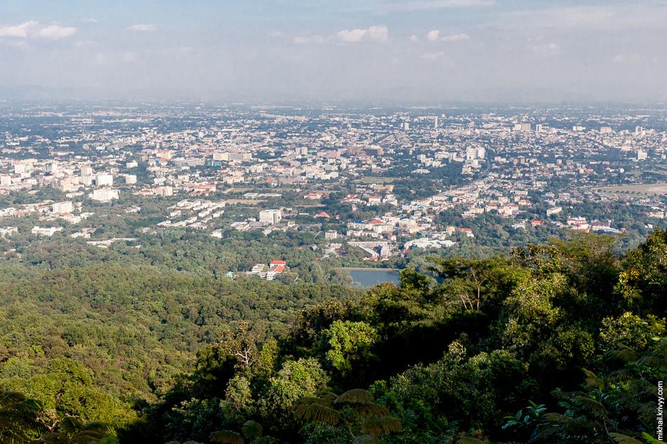 Вид на Чиангмай с горы Дой Сутхеп.