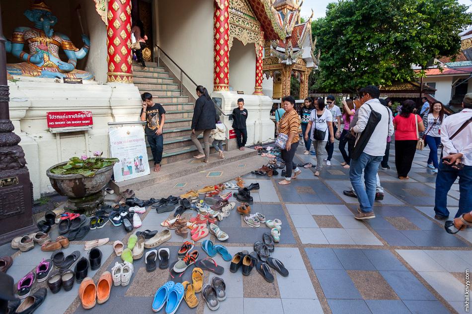 Вход в храм Ват Прахат. Большая часть посетителей хранит обувь в специальных шкафчиках (бесплатно). Но есть и отважные.