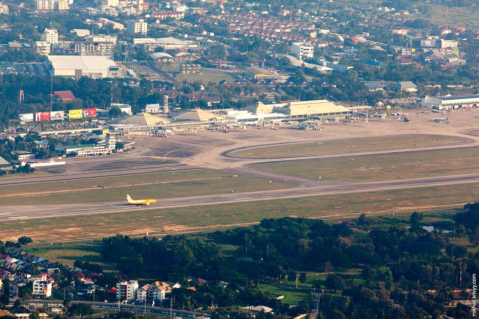 Аэропорт Чиангмай. Отсюда выполняется несколько десятков рейсов в день. В основном в аэропорты Бангкока. Мы улетели прямым до Пхукета.