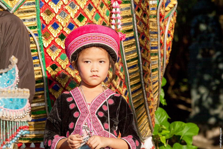 В районе храма было много странных детей пытающихся заработать денег.