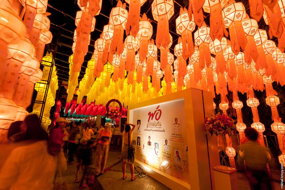 По этому поводу, напротив центра культуры и искусств собрана большая инсталляция повествующая о жизни короля.