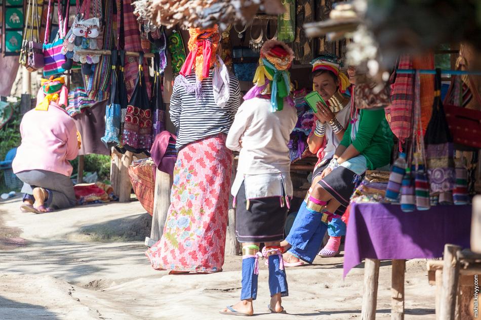 Сначала мы поехали к туристической деревне Ban Tong Luang. Этот туристический аттракцион показывает как живет народность Падаунг. Во всем мире они известны благодаря  необычному национальному обычаю — «вытягиванию шеи» женщинам с помощью металлических обручей.