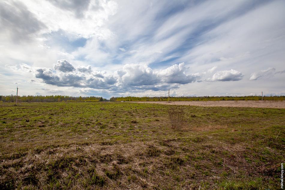 Почти все поле размечено. Такое впечатление что собрались строить не автомагистраль, а аэропорт.