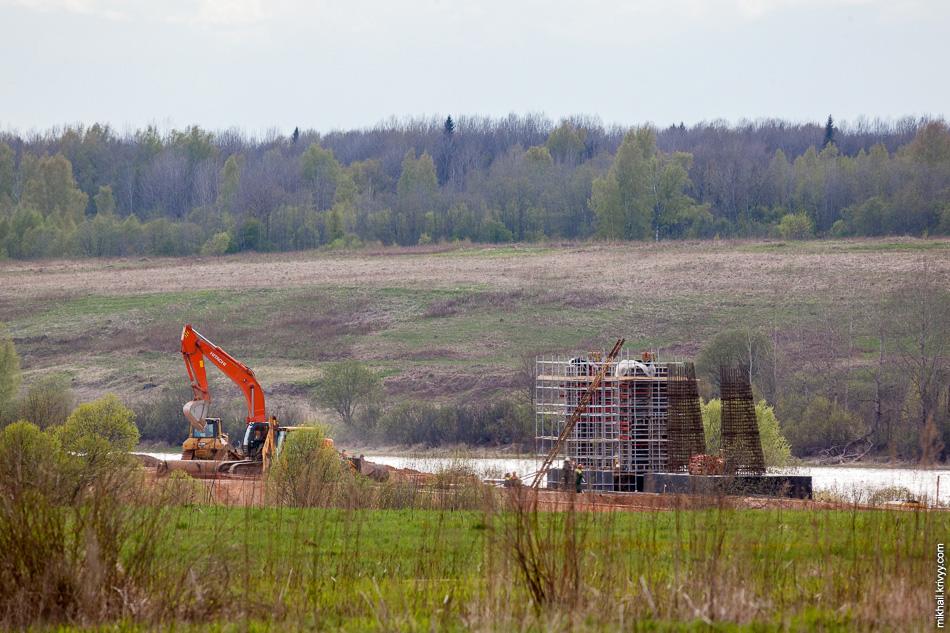 Опора №15 уже строится. Ростверк готов, сейчас ведется подготовка к бетонированию самой опоры. Ростверк — это часть фундамента, которая воспринимает нагрузку от опоры и распределяет ее между буровыми столбами, разделяя на равные составляющие.