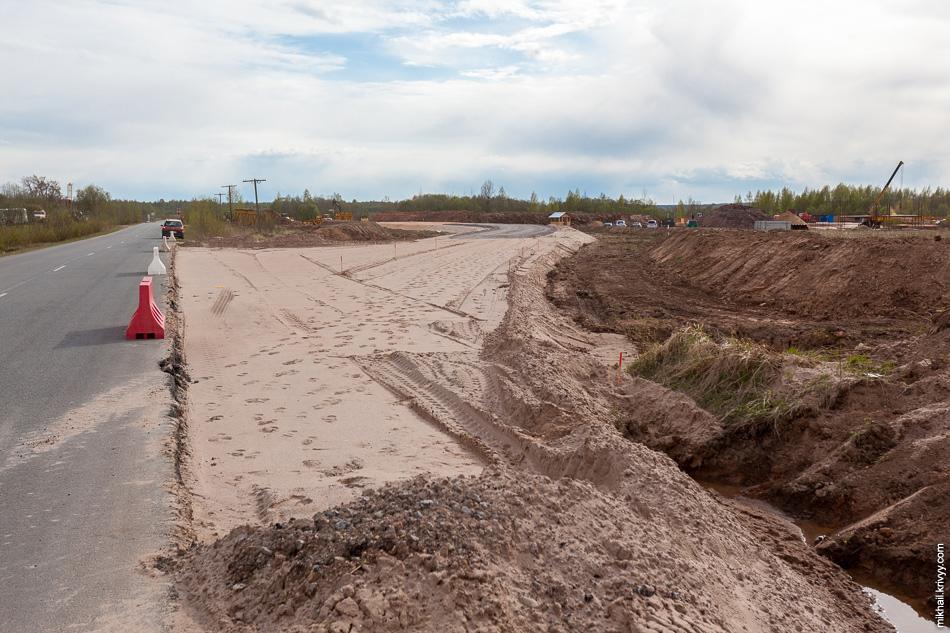 В районе пересечения с автодорогой Савино  - Селищи строится временный объезд. На месте основной дороги будет построен путепровод над платной автомагистралью.
