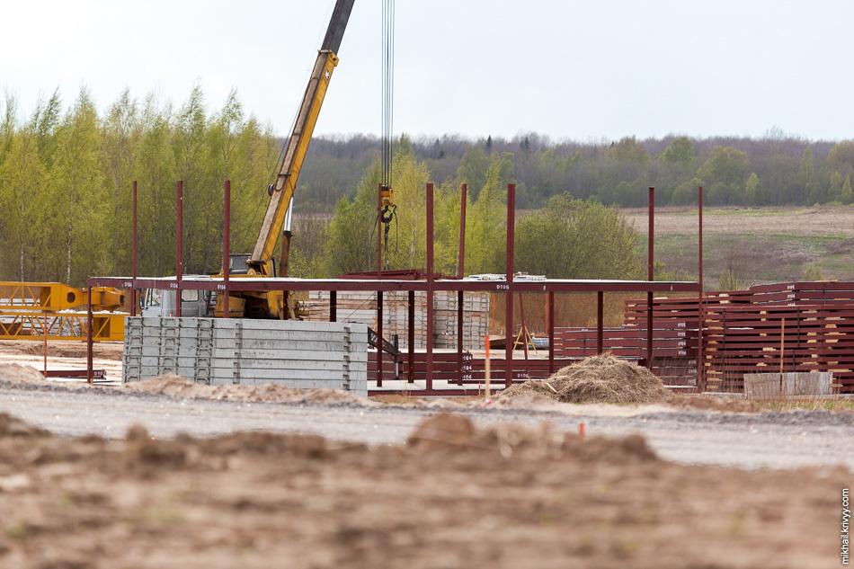 Помимо строительства моста ведутся работы по сооружению рабочего городка.