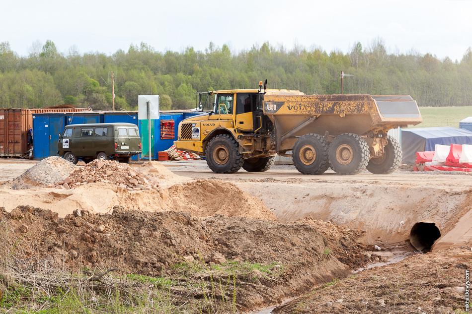 На месте песок перегружается в сочленённый самосвал Volvo A30D. Этот самосвал используется в карьерах для перевозки сыпучих грузов. Интересны подобные самосвалы тем, что при опрокидывании кузова набок (из-за несчастного случая, к примеру) кабина остаётся в вертикальном положении.
