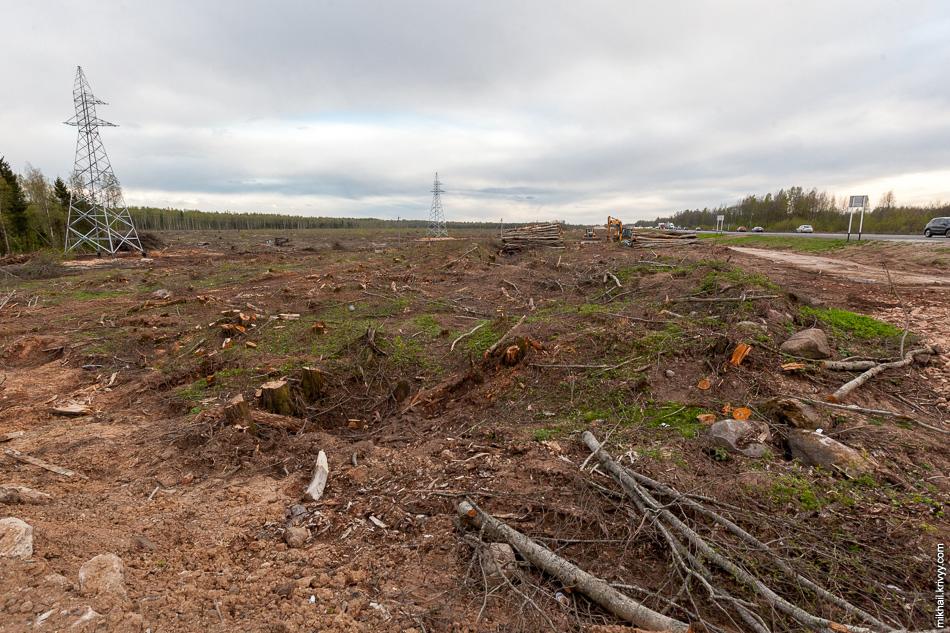В районе М10, на 543 км, продолжают расчищать место под развязку и пункт взимания платы.