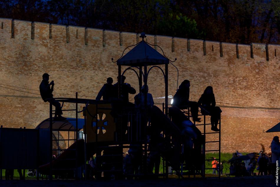 Детская площадка и зрители.