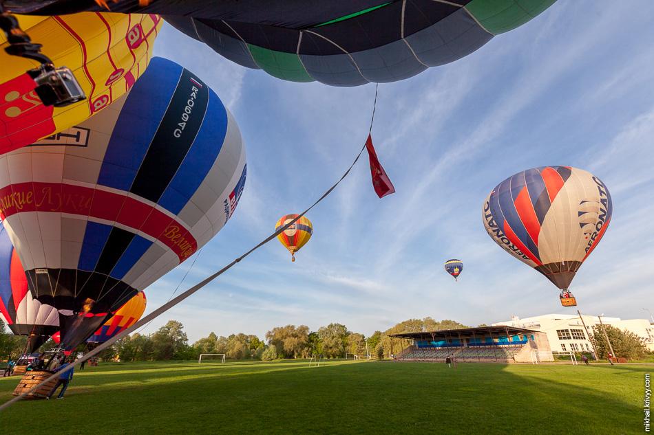 В команду, помимо пилота, обычно входят три человека. Они сопровождают шар по земле на протяжении всего полета.
