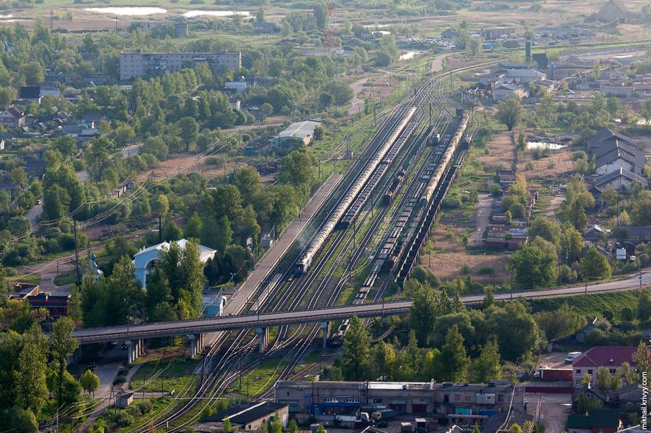 Вокзал Старой Руссы. Тепловоз 2ТЭ116 с наливным составом пропускает встречный поезд. Сырая нефть едет в сторону пограничного перехода Куничина Гора - Койдула (Эстония) и далее в один из эстонских портов.