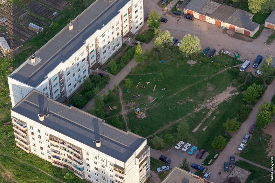 Типичный двор Старой Руссе. Чем меньше город, тем больше вытоптаны газоны в дворах. Это менталитет. Если пятиэтажный дом построен в деревне (а такое в наших краях бывает), то вокруг него живого места нет. Все вытаптывают в ноль.