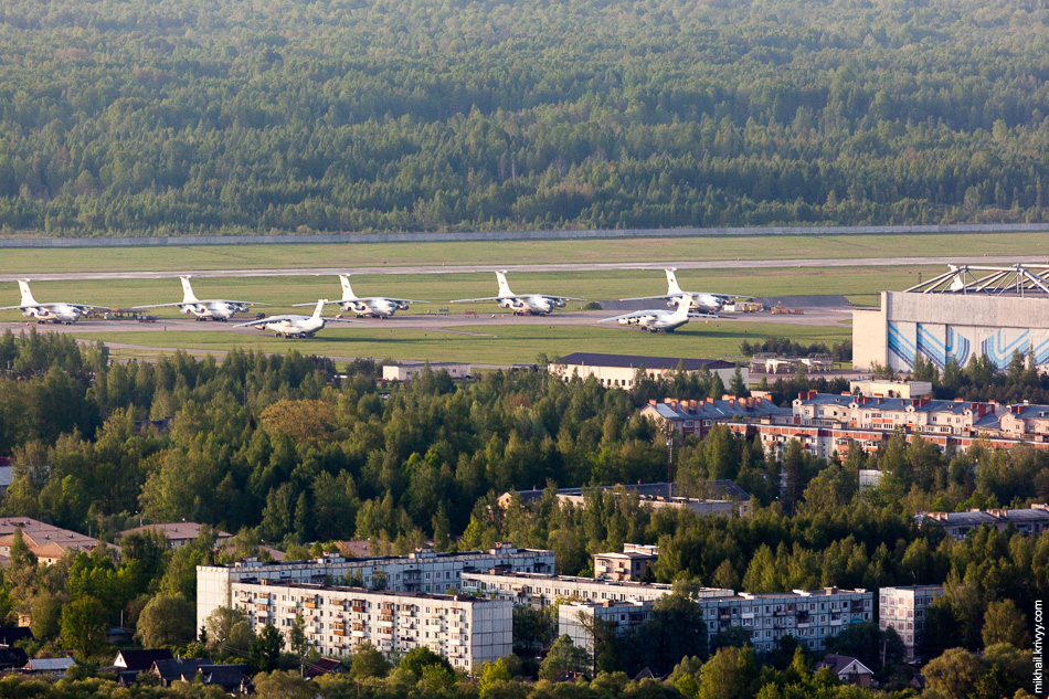 Ил-76 на территории «123 АРЗ». На заводе своя ВПП длиной 2000 метров. «123 АРЗ» - завод сервисного обслуживания транспортных самолётов военной и гражданской авиации.