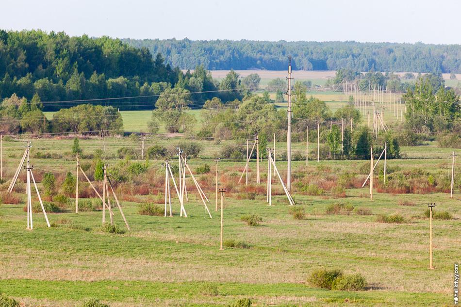 Межпоселковые ЛЭП. По центру скорее всего ЛЭП 110 кВ, остальные 10 кВ. Типичный пейзаж в наших краях.