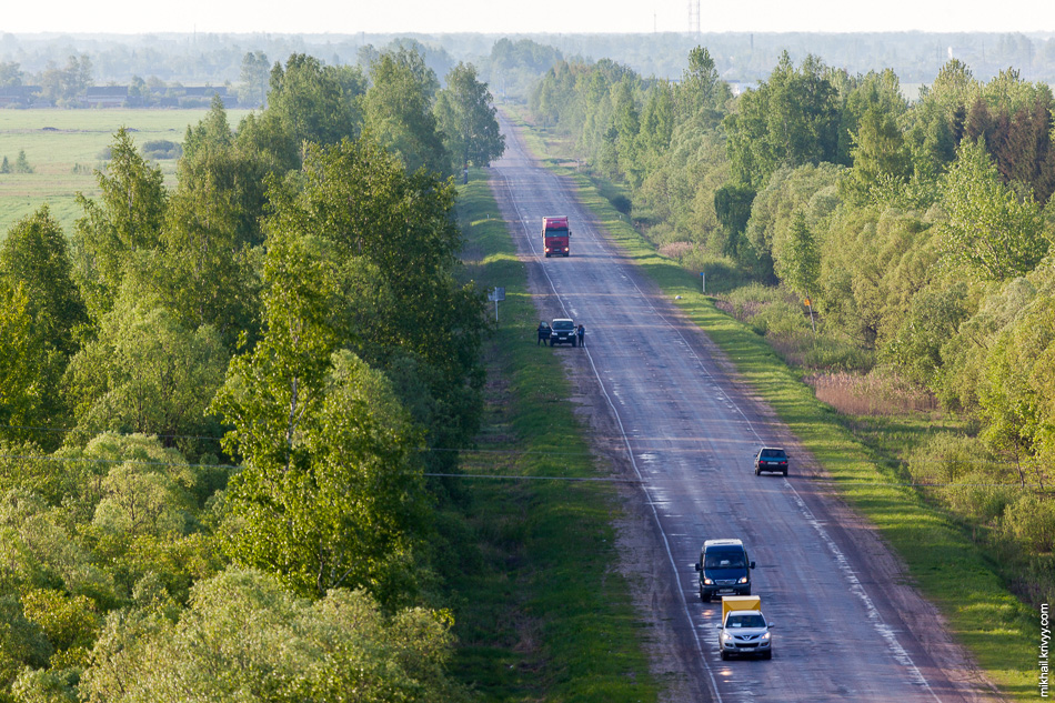 Дорога Р51 Шимск - Старая Русса - Локня - Великие Луки - Невель. Большая часть машин, это сопровождение воздушных шаров участвующих в фестивале, .