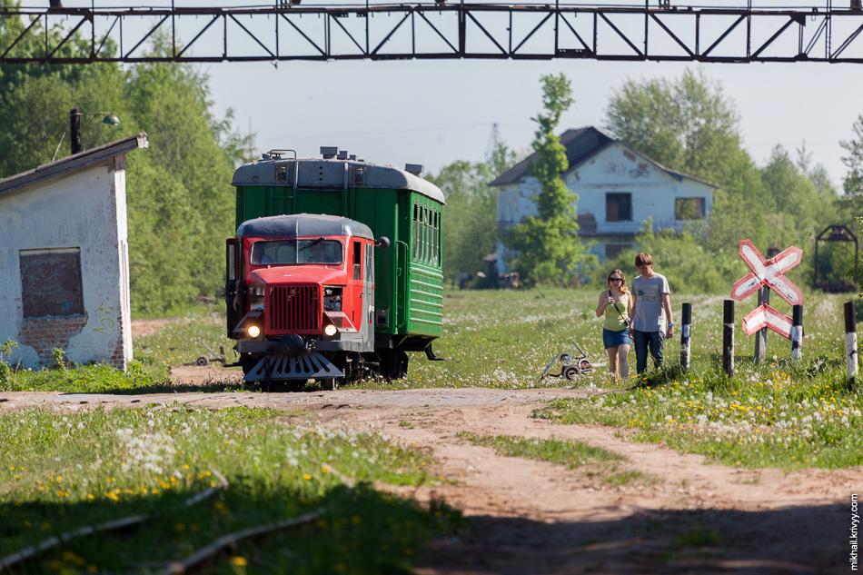 Восстановленные автодрезина ПД-1 и пассажирский вагон.
