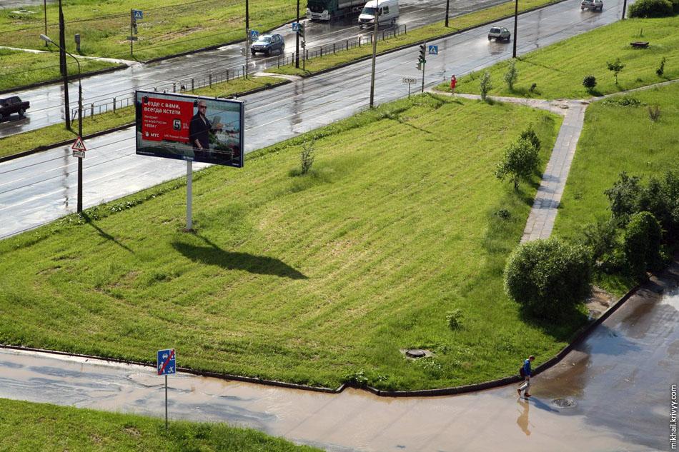 Вот так выглядит газон подстриженный большим старым советским трактором с соответствующим подвесным оборудованием.