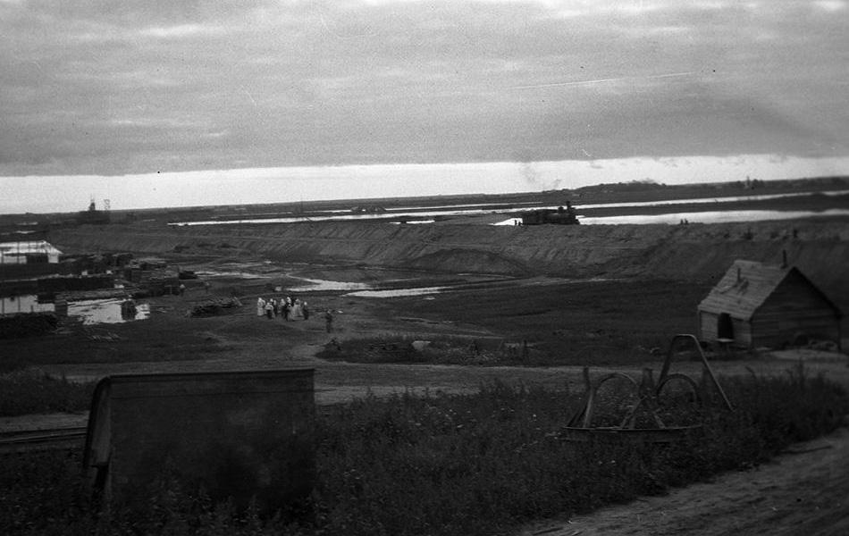 Паровоз на строящейся насыпи. Для строительства была сооружена временная железная дорога. Источник: www.oldrusphoto.ru.