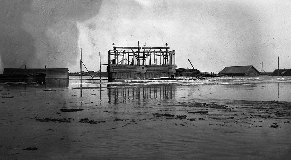 Опора строящегося моста. Апрель 1917 г. Источник: www.oldrusphoto.ru