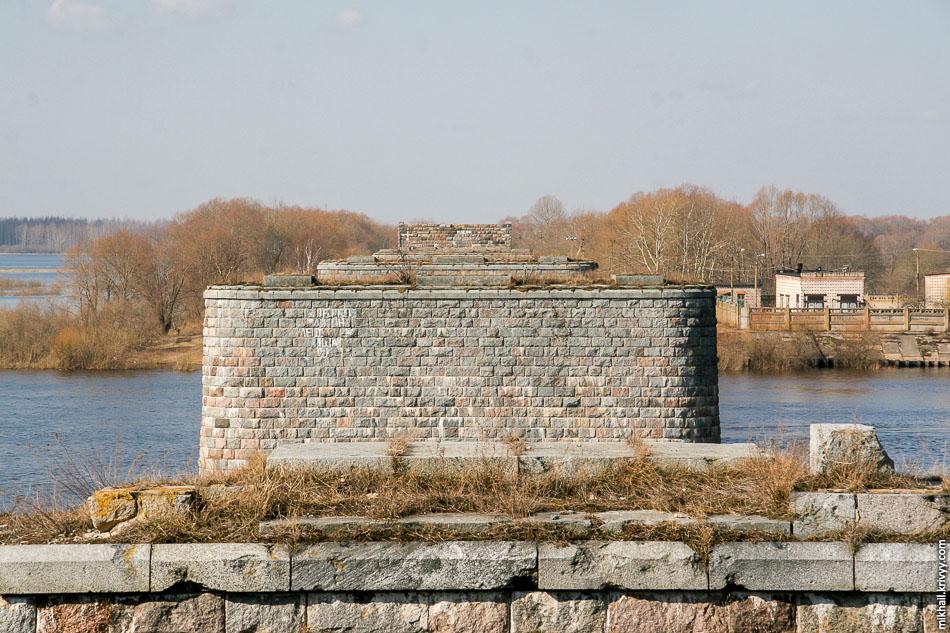 Опоры недостроенного моста через реку Волхов.
