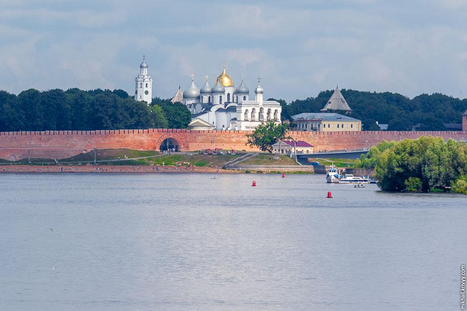 С уцелевшей части насыпи пока еще открываются замечательные виды на реку Волхов и Новгородский кремль.