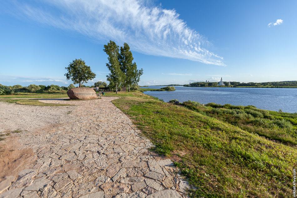 Вид в сторону озера Ильмень и Юрьевского монастыря.