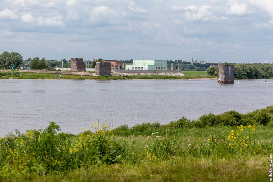 Насосная станция. Слева Юрьевский монастырь, справа новгородский кремль.